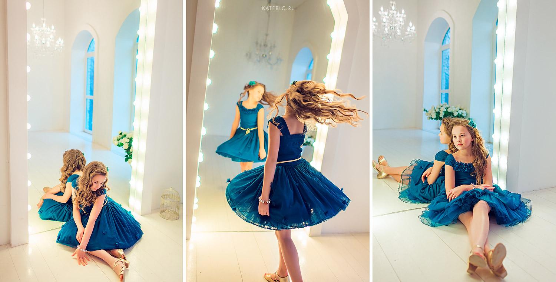 девочка в синем платье в студии у зеркала