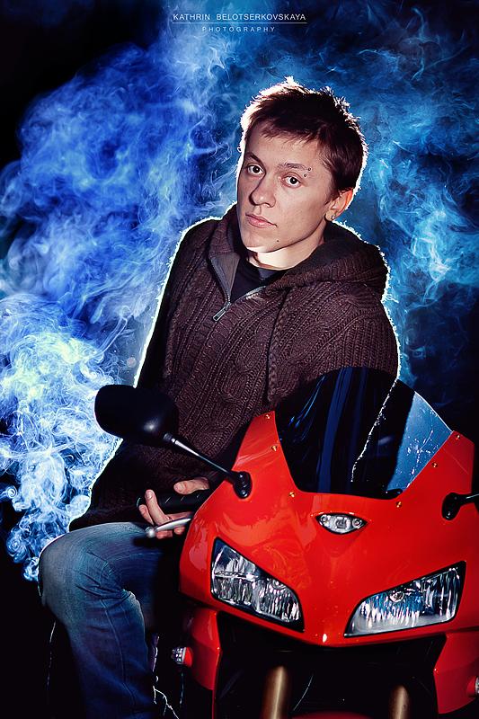 Портретная фотосессия. Портрет. Байкер. Мотоцикл. Выездная фотосессия. Фотограф Катрин Белоцерковская.