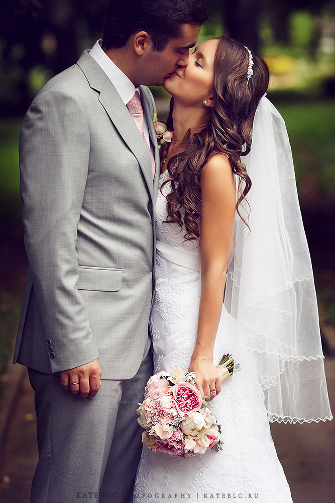 Платье невесты. Букет невесты. Фотосъемка на свадебной прогулке. Фотограф Катрин Белоцерковская. Kate BLC