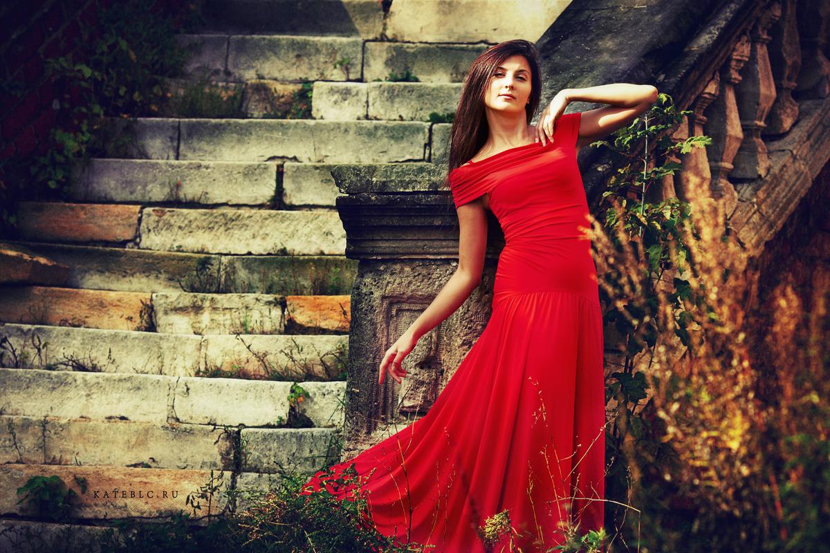 Фотосессия осенью. Осень. Фэшн фотосъемка. Художественная фотосессия. Коммерческая фотосъемка. Девушка в красном платье. Фотограф Катрин Белоцерковская. Kate BLC