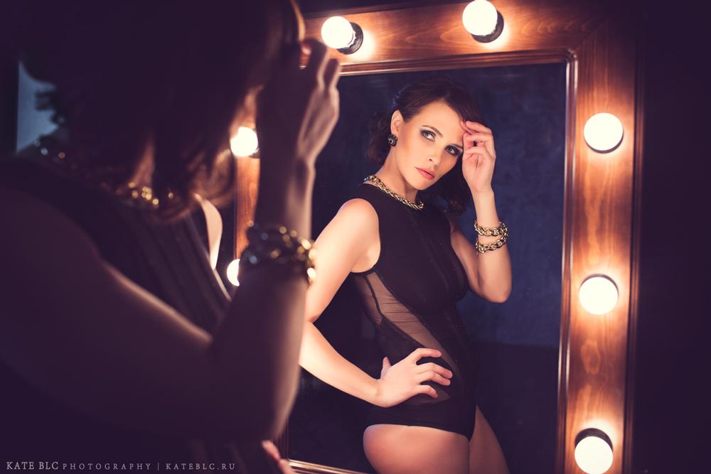 Девушка у зеркала, фотосъемка в студии. Фотограф Катрин Белоцерковская