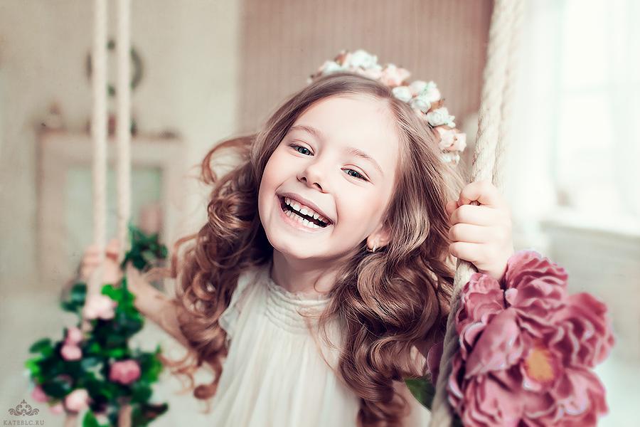 Девочка на качелях, эмоции, смех. Профессиональные детские фотосессии в Москве.