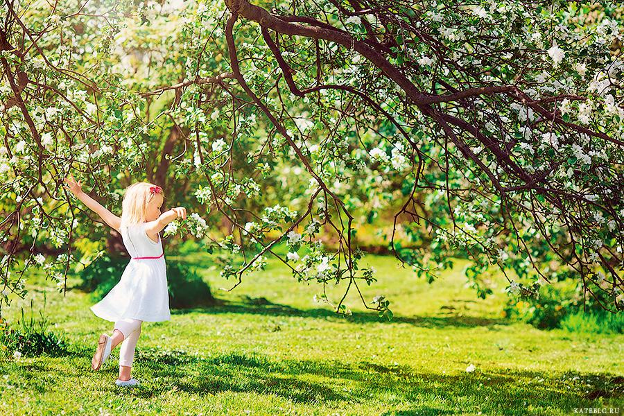 Детская фотосессия в цветущих садах май 2014
