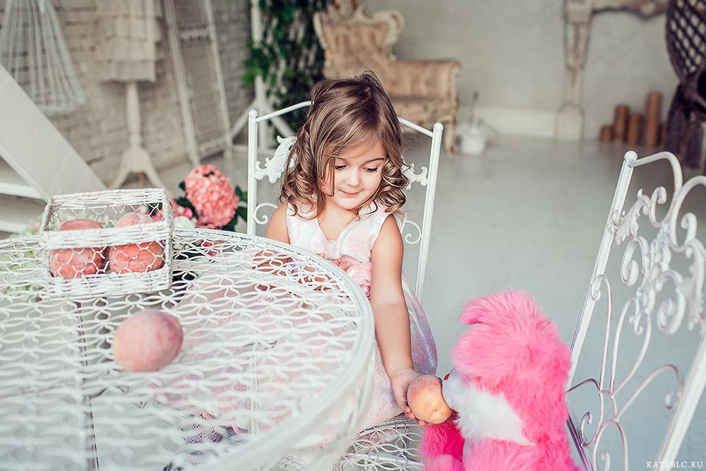 Девочка с персиками. Фотосессия для мамы и дочки в студии