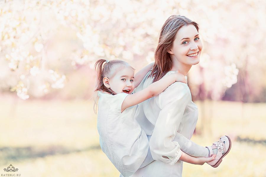 Фотосессия в цветущем парке для мамы и дочки