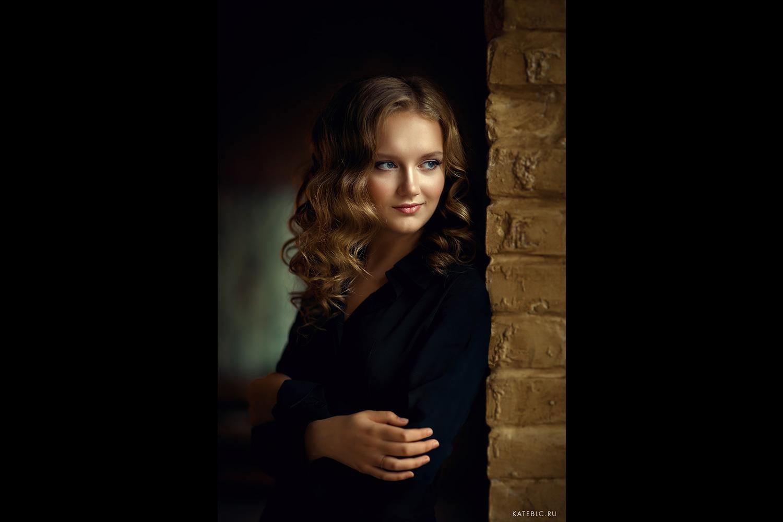 Фотосессия для девушки в темной студии