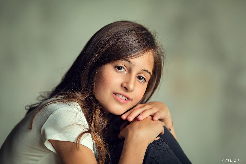Портретная фотосессия для девочки подростка в студии