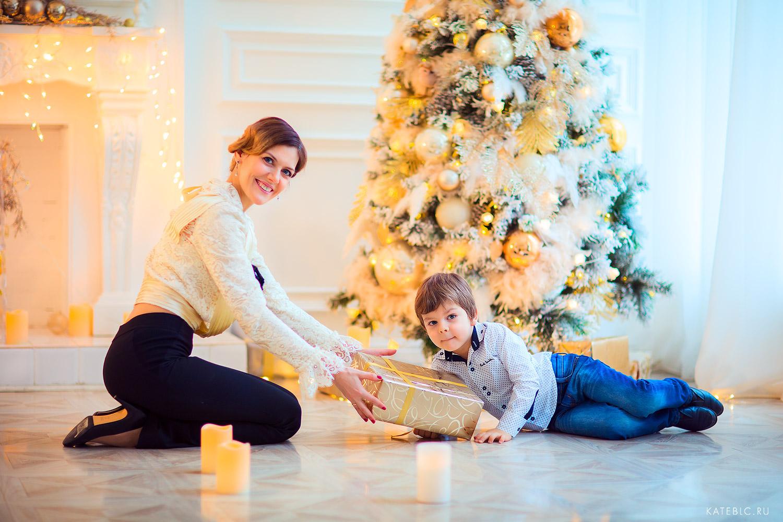 мама и сын у елки с подарками