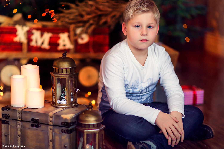 Мальчик в новогоднем лесу. Детская фотосессия в студии