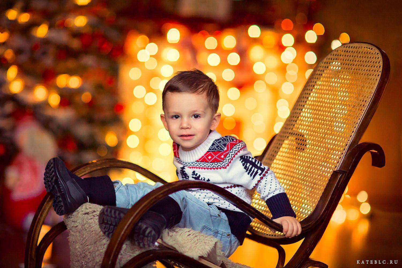 новогодняя фотосессия. Мальчик в кресле у камина. kateblc.ru