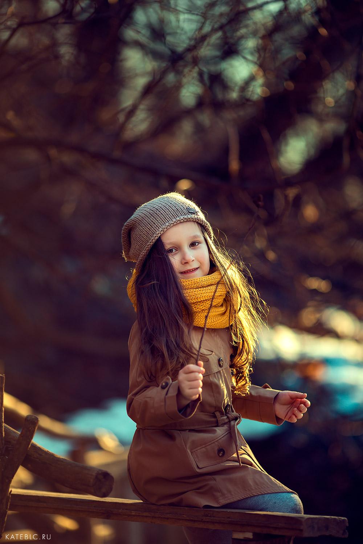 Портрет девочки весной на природе. Профессиональный детский фотограф в Москве. Катрин Белоцерковская