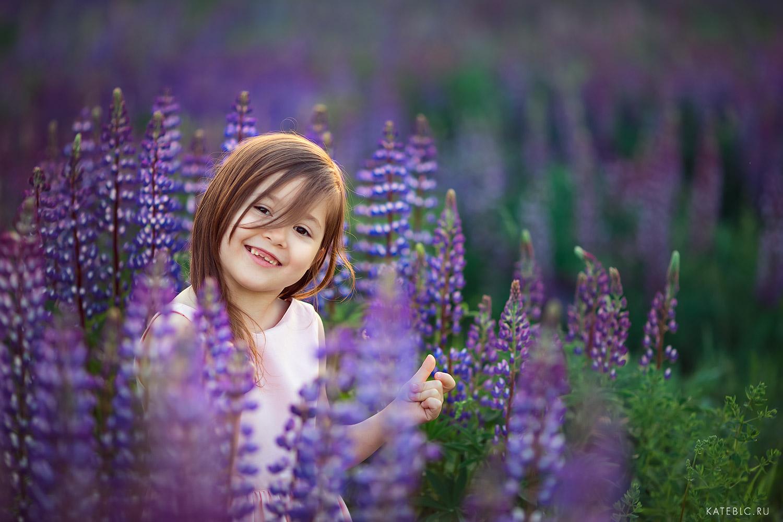 детская фотосессия в люпинах