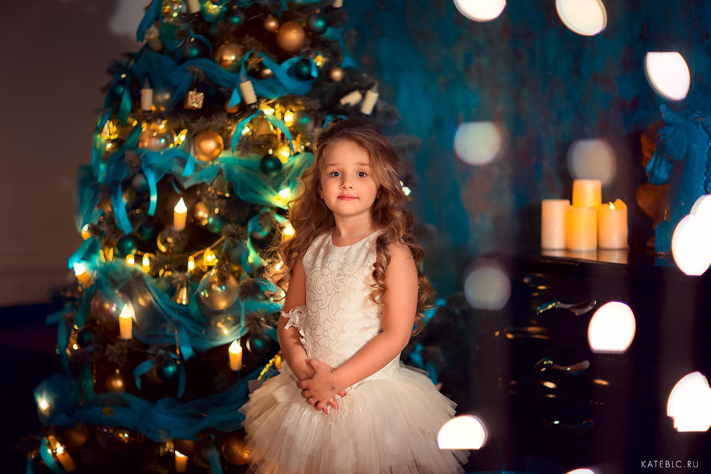Новогодняя фотосессия в темной фотостудии в москве. Девочка возле елки