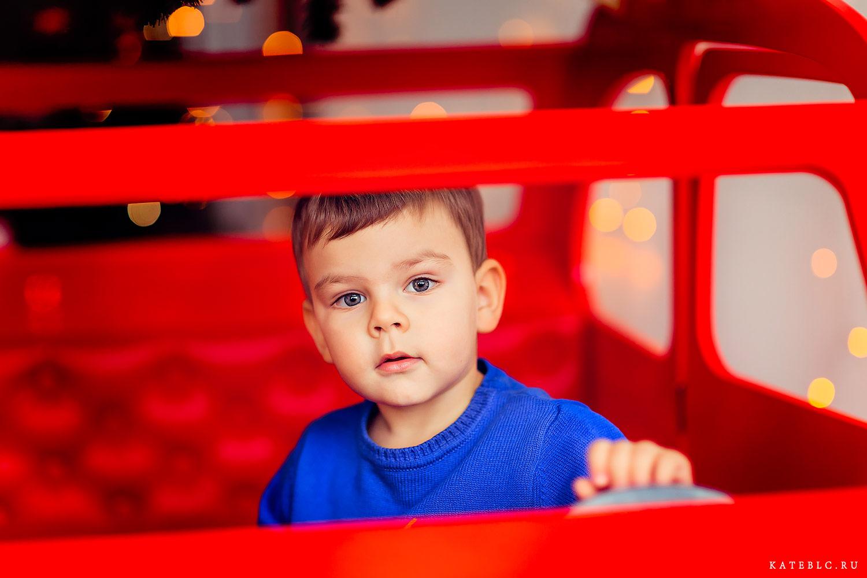 Портрет мальчика в машинке. Фотосессия в студии на новый год