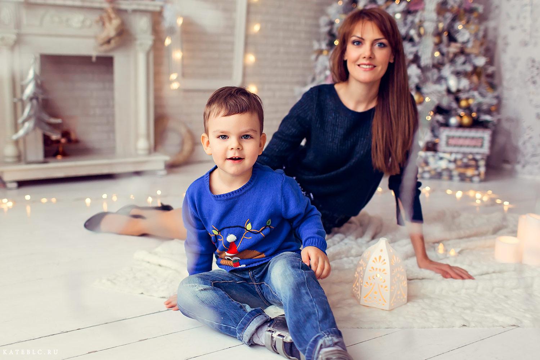 Фотография мама и сын в новогоднем интерьере