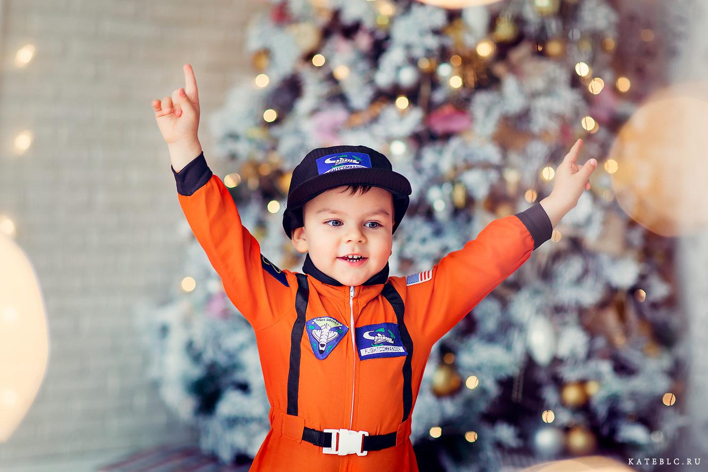 новогодняя фотосессия для мальчика. Мальчик в костюме космонавта