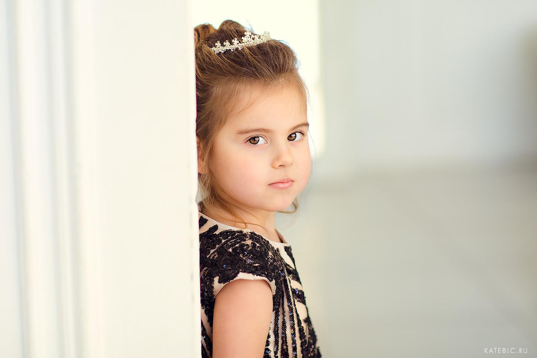 портрет девочки в студии. ДЕтский офтограф Катрин Белоцерковская