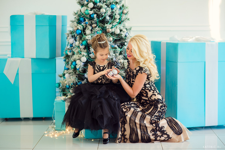 мама и дочка у елки фотосессия