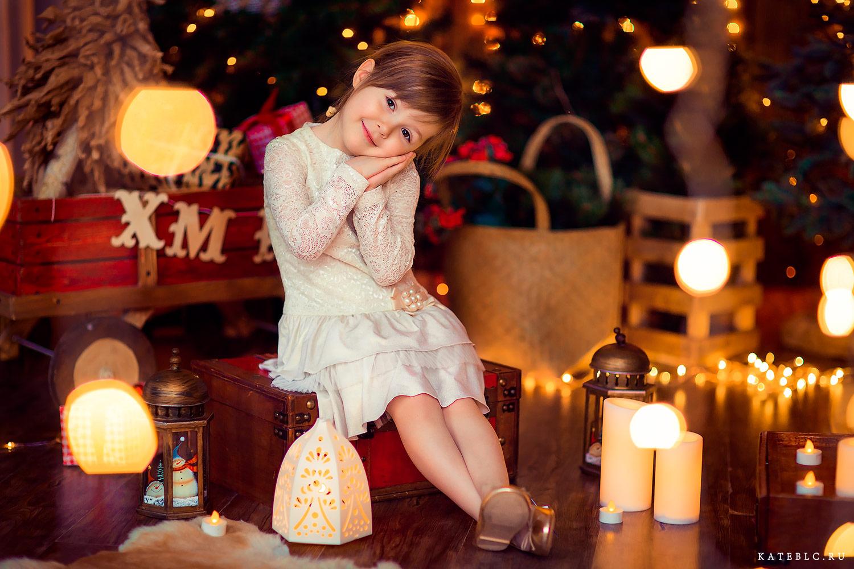 Девочка в студии со свечами