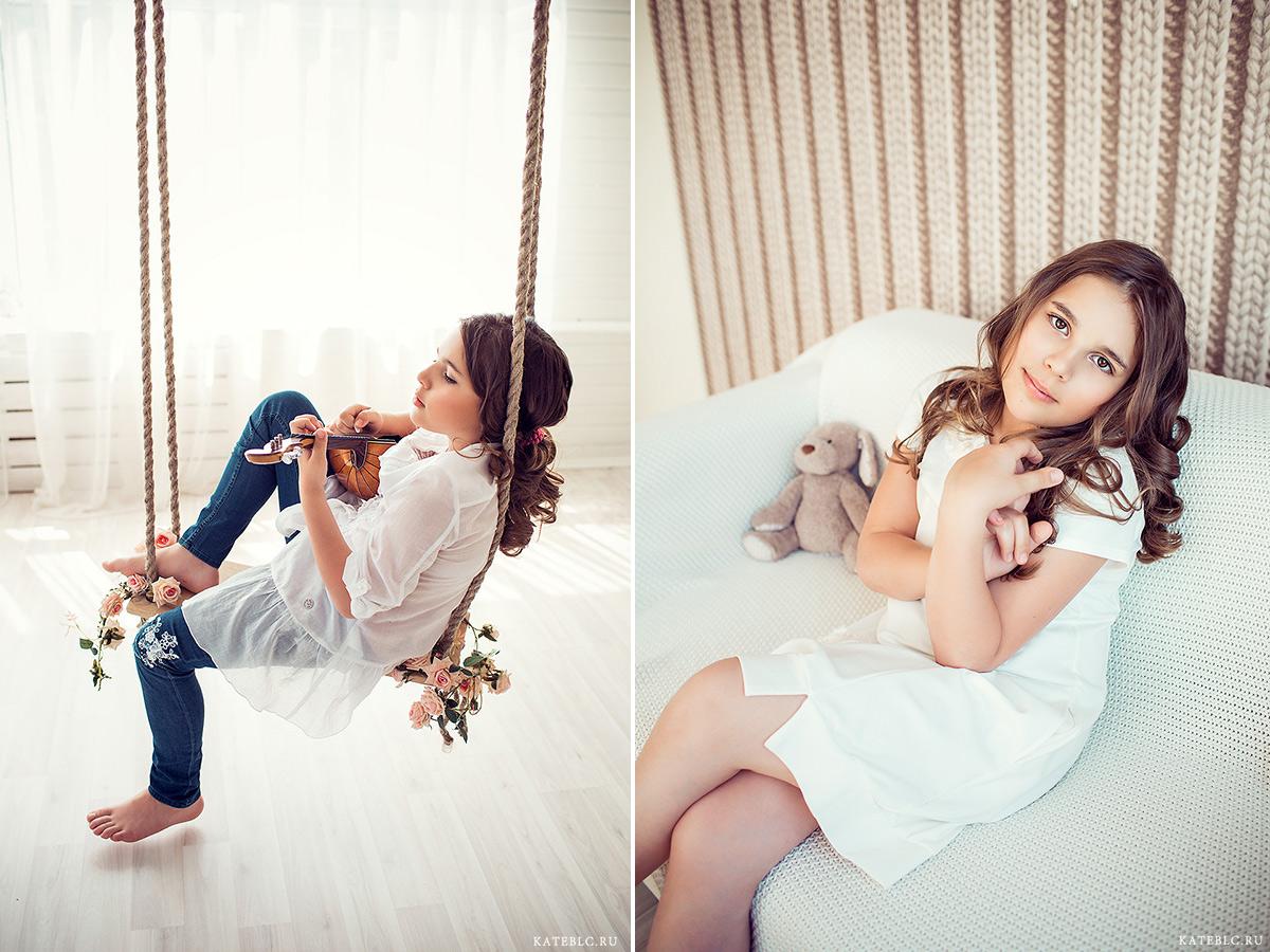 Детский фотограф в студии. Девочка в фотостудии. Фотосессия с домрой на качелях