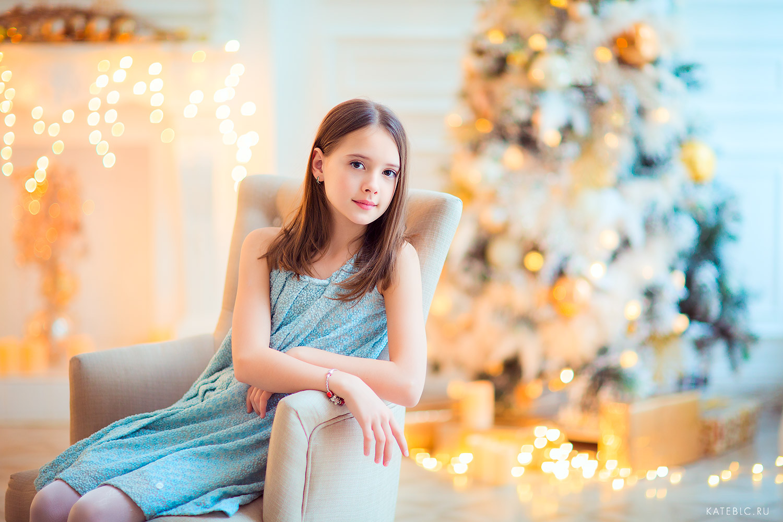 девочка в кресле в новогодней студии
