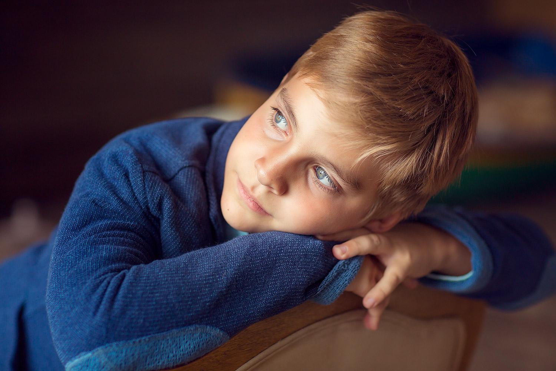 Детский фотограф для съемки детей в студии. Стильная фотосессия