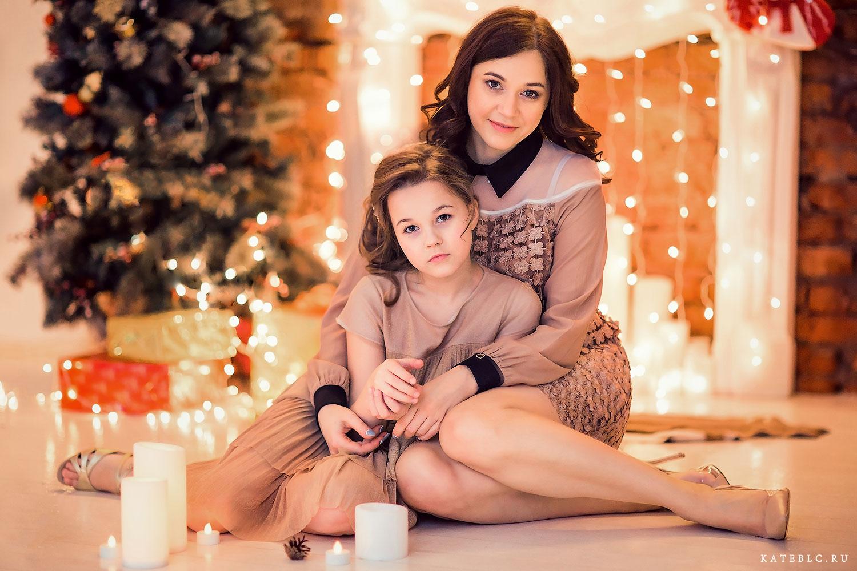 Новогодняя фотосъемка для семьи в студии. Мама и дочка у камина и елки. Новогодние фотосессии в Москве.