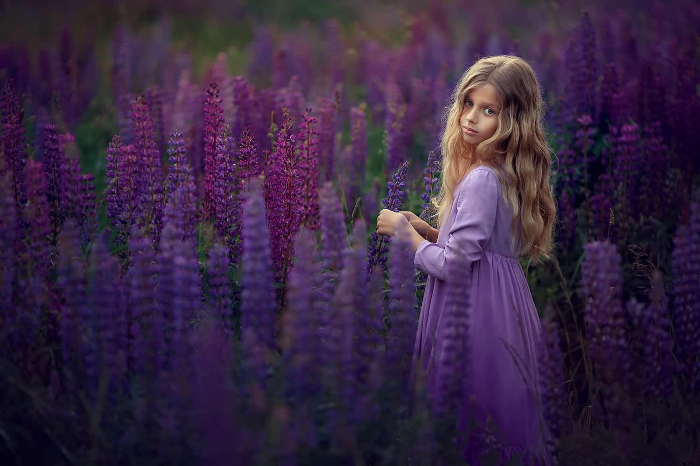 Фотосессия для девочки. Фотограф Катрин Белоцерковская. Фотосессия в люпинах