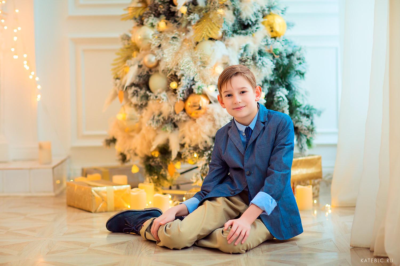 мальчик у елки новогодняя фотосъемка