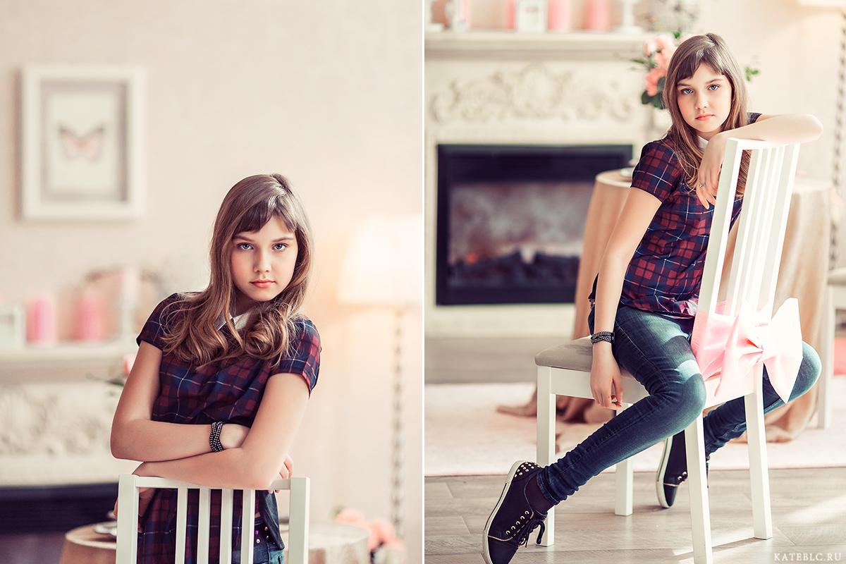 Фотосессия для девочки в студии. Девочка сидит на стуле у камина в светлой фотостудии.