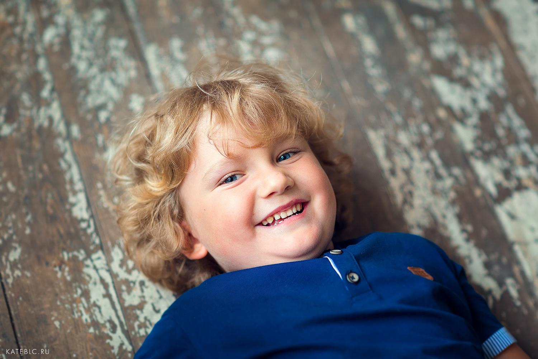 Фотосессия для мальчишек в студии кросс. Портет мальчика. Детский и семейный фотограф Катрин Белоцерковская