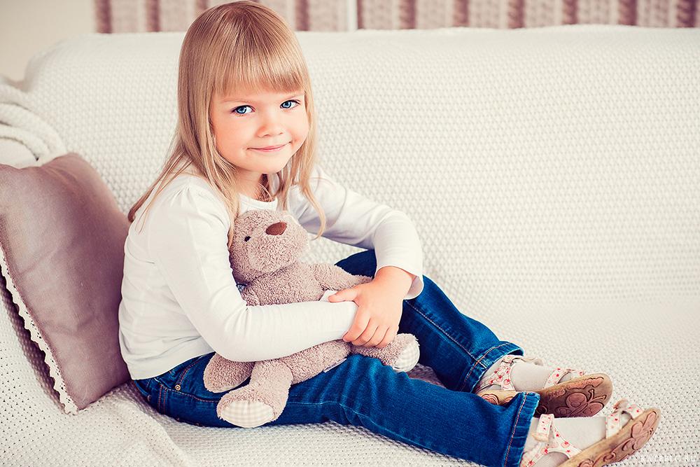 Девочка с медведем в студии. Фотограф Катрин Белоцерковская. kateblc.ru