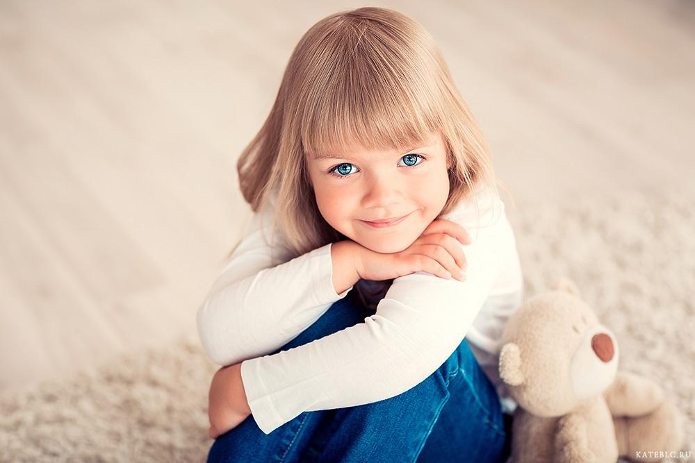 Портрет девочки в студии. Фотограф Катрин Белоцерковская. kateblc.ru