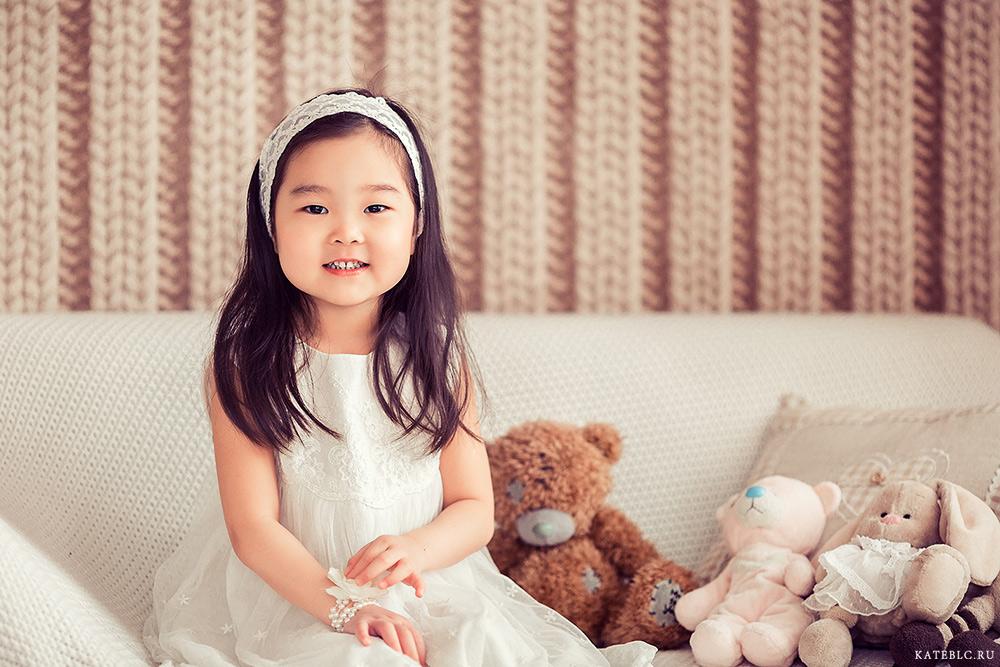Фотография маленькой девочки на диване в студии