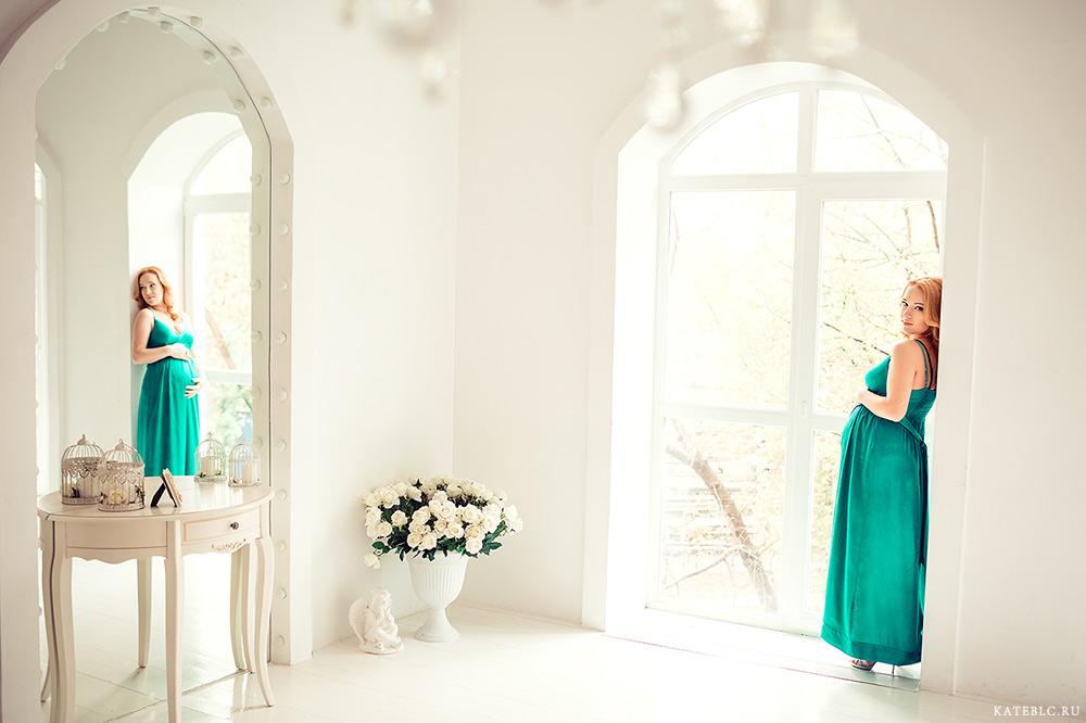 Фотосессия беременной в студии у окна