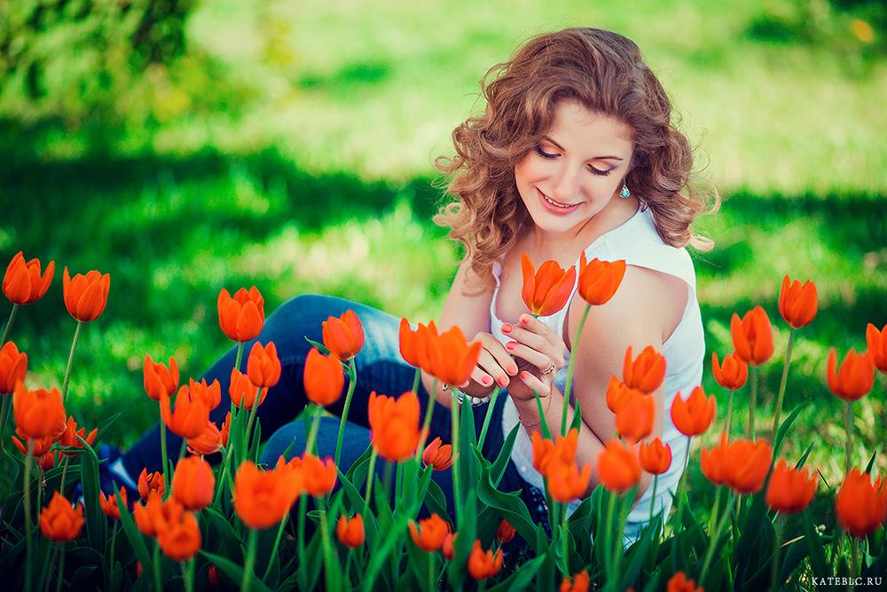 Девушка в тюльпанах на траве. Фотограф Катрин Белоцерковская kateblc.ru