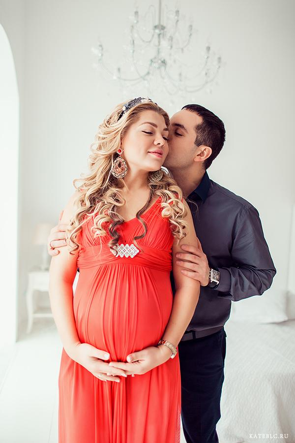 Красивая фотосессия в ожидании чуда с мужем в фотостудии. Фотограф для беременных Катрин Белоцерковская