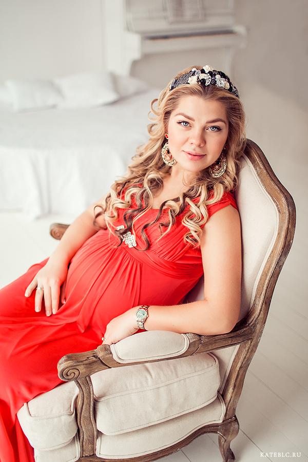 Портрет красивой беременной девушки, сидящей в кресле. Фотограф Катрин Белоцерковская