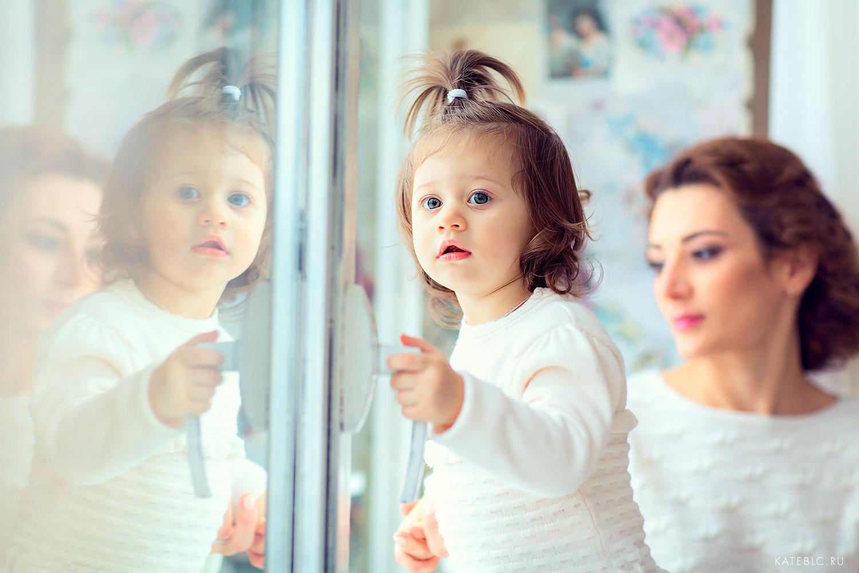 Фотография мамы с дочкой у окна. Детский и семейный фотограф в Москве Катрин Белоцерковская