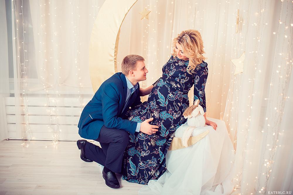 Муж с женой в студии на фотосессии в ожидании чуда