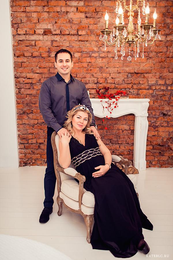 Семейный портрет в студии у камина. Беременная фотосессия с мужем в фотостудии