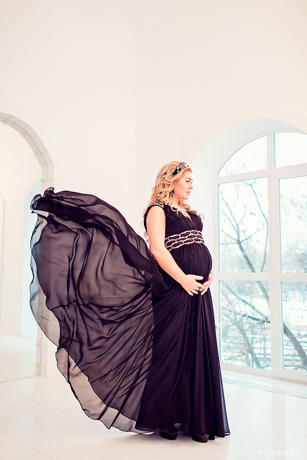 Фотосессия с развивающимся платьем для беременных в студии