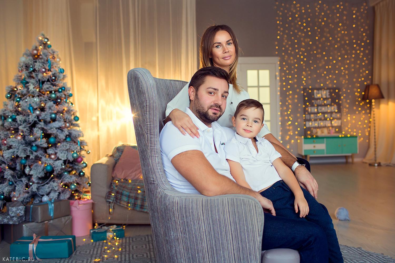 Семейный портрет в студии с детьми. Заказать фотосъемку в Москве. Семейный фотограф Москва