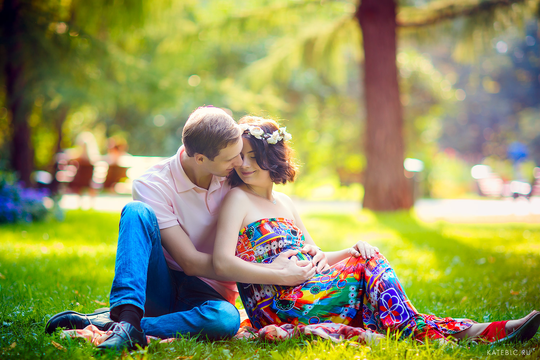 Фотосессия в ожидании чуда. Парень и девушка на траве в парке. Фотограф Катрин Белоцерковская