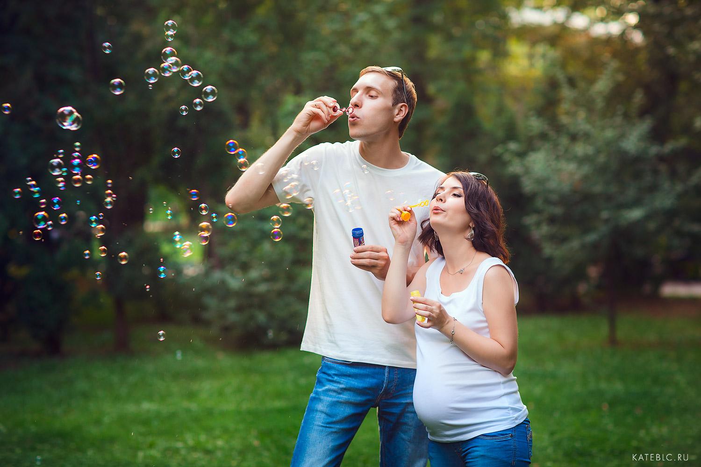 Фотосессия беременности на природе с мыльными пузырями