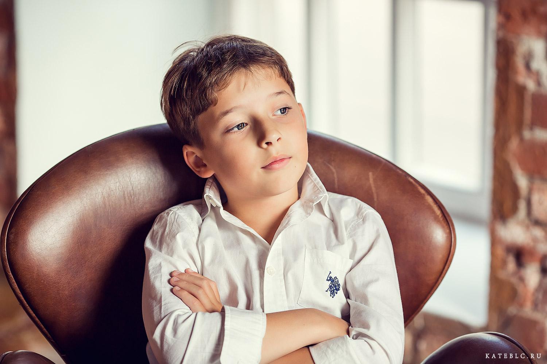 Портрет мальчика на кресле. Детский фотограф Катрин Белоцерковская