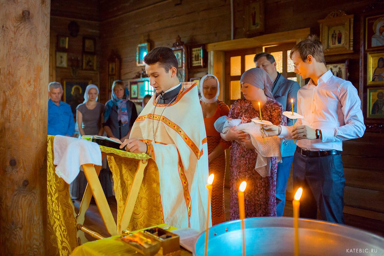 обряд крещения в церкви. Фотосъемка