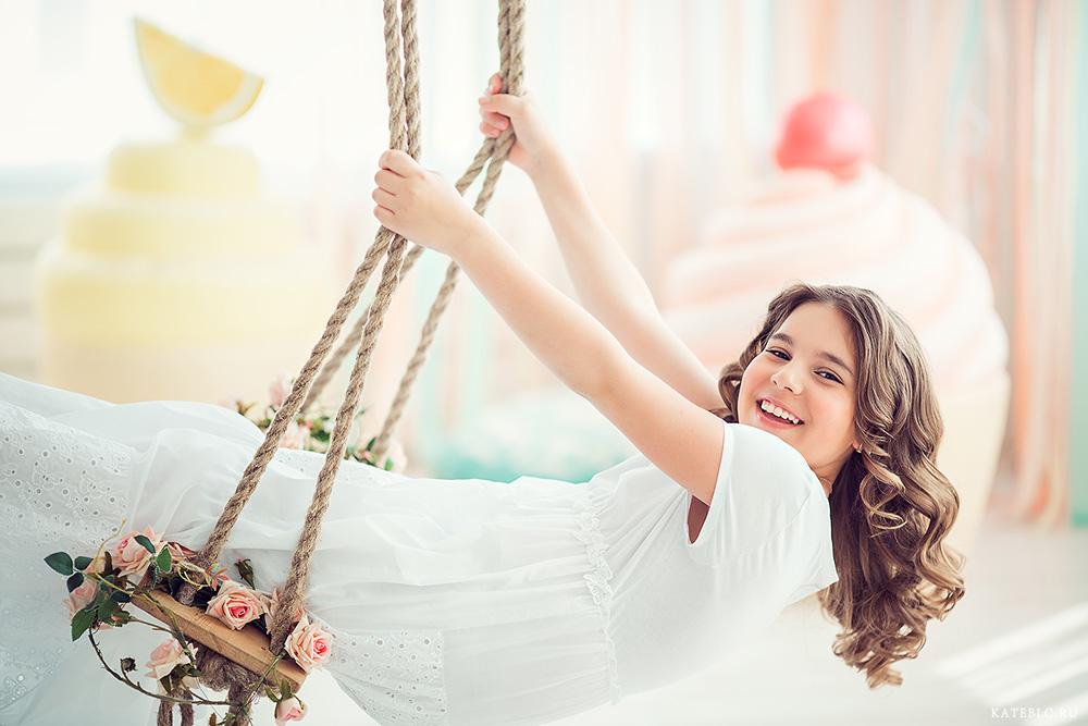 Девочка на качелях в студии. Семейный фотограф Катрин Белоцерковская