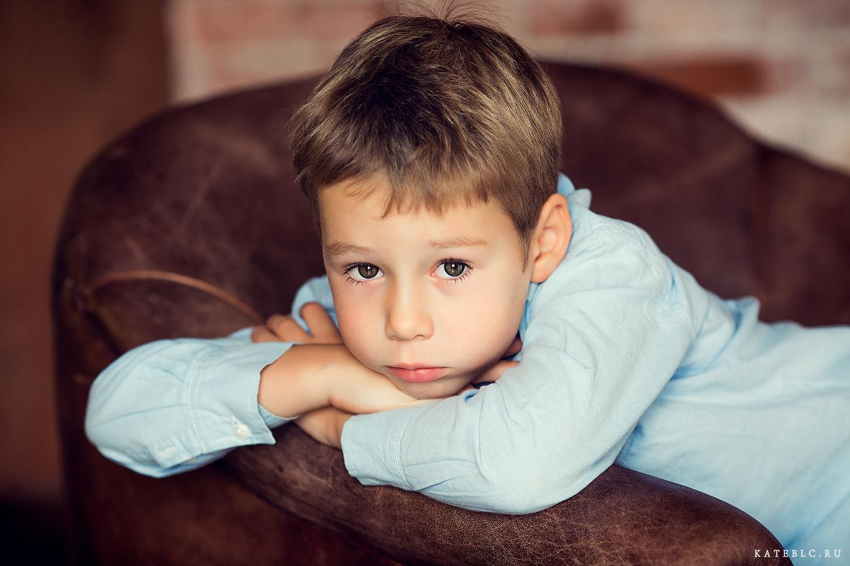Портрет мальчика в студии. Фотограф Катрин Белоцерковская. kateblc.ru