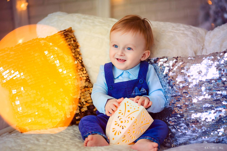 Малыш на диване. Детская фотосессия в студии. Фотограф Катрин Белоцерковская
